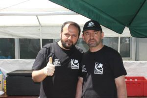 Bekir Kizilkaya aus Kassel zeigt den islamistischen Gruß der Millî-Görüş-Bewegung.