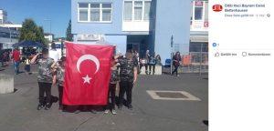 Vor der Moschee der DITIB im Kasseler Stadtteil Bettenhausen salutieren Kinder in Uniformen dem türkischen Militär und halten dabei die türkische Flagge hoch.