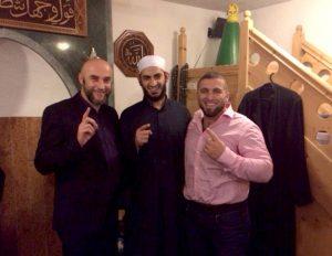 Mahmoud Abdulaziz zeigt im Islamischen Zentrum in Kassel (IZK) den erhobenen Finger als Erkennungszeichen der Islamisten.