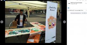 Der IGMG-Aktivist Salih Kizilkaya macht in der Kasseler Innenstadt Werbung für den Islam und zeigt den islamistischen Millî-Görüş-Gruß.