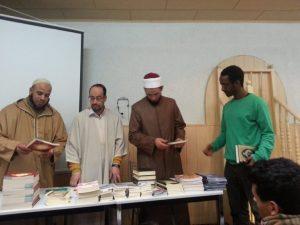 Omar Dergui sortiert zusammen mit mit einem führendem Aktivisten der Kampagne Lies! im Islamischen Zentraum Kassel (IZK) Exemplare des Koran.